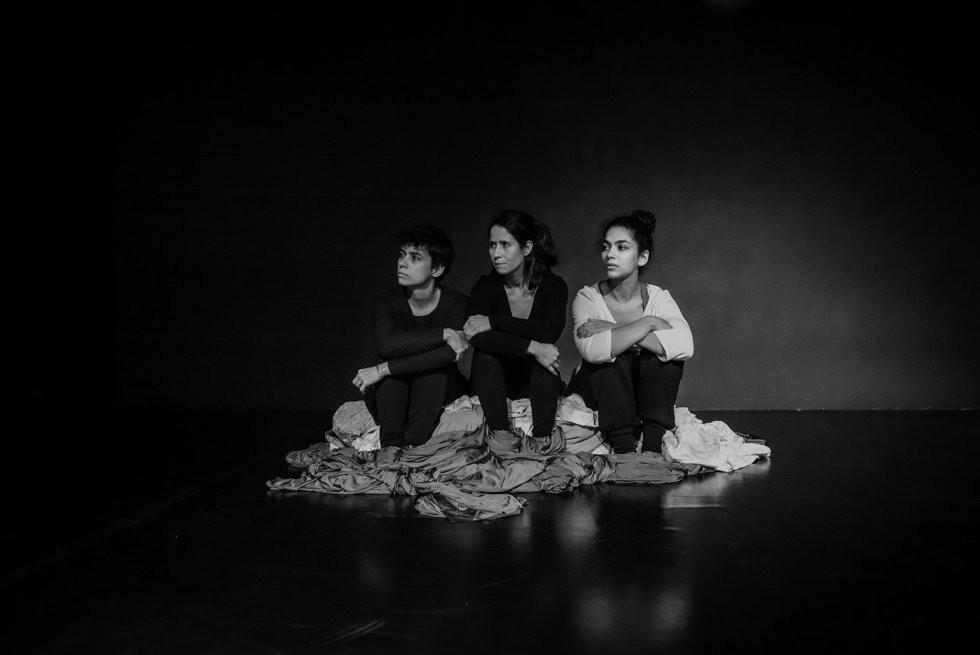 "Performance to ""Ilhas- Islands"", by Cláudio Hochman"